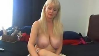 This grow older harlot provides big boobs