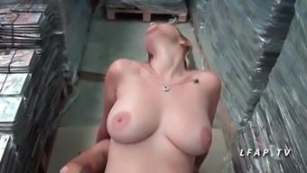 Milf cougar francaise aux gros seins donne offspring cul