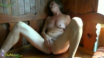 Senior woman Vendi is playing with the pussy in the sauna