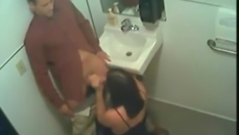Une affamee flush out youngster mec dans les chiottes d'un restau