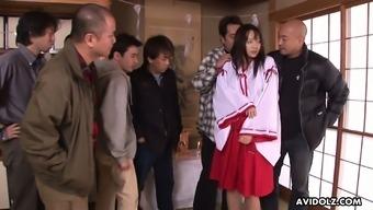 Kimisima Saeko in kimono serves several horny dudes at the same time