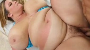 Big Plunder Mum Gets Tanned and Fucked in Miami